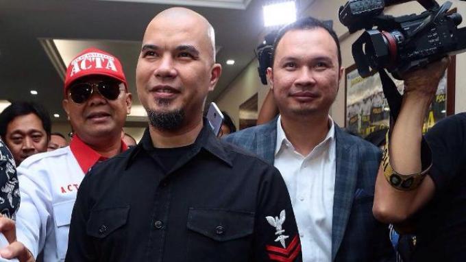 Ahmad Dhani memilih tersenyum saat memenuhi panggilan penyidik Polres Metro Jakarta Selatan, Kamis (30/11/2017)